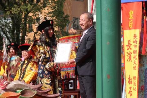 長崎市観光大使に就任した長濱ねる(左)