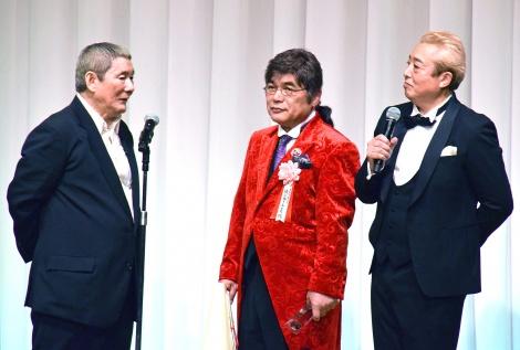 「第18回 ビートたけしのエンターテイメント賞」で日本芸能大賞を受賞した綾小路きみまろ(中央)