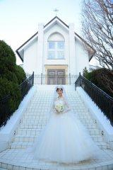実施に行われた越路吹雪の結婚式の写真を参考にウエディングドレスをセレクト(C)テレビ朝日