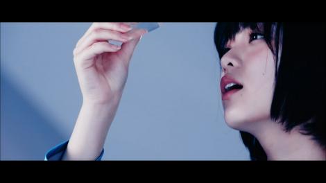 「坂道AKB」のセンターを務める欅坂46の平手友梨奈=「誰のことを一番 愛してる?」MVより