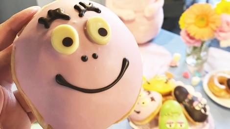 サムネイル 世界的人気キャラクター「バーバパパ」とコラボシタKKDドーナツ『バーバパパ ストロベリー』(税込250円)