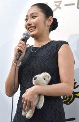 生まれた時から持っているスヌーピーのぬいぐるみを持参した安藤美姫 (C)ORICON NewS inc.