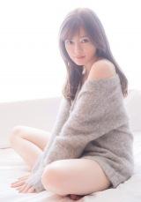 新創刊『FRIDAY WHITE』の表紙を飾った白石麻衣(撮影/中村和孝)