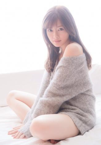 サムネイル 新創刊『FRIDAY WHITE』の表紙を飾った白石麻衣(撮影/中村和孝)