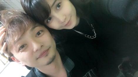サムネイル 初恋タローこうすけ(左)が森岡朋奈と結婚、公式ツイッターでの2ショット写真