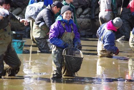 3月11日放送、『緊急SOS!池の水ぜんぶ抜く大作戦7』俳優の池松壮亮が初参戦(C)テレビ東京