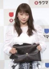 自作のクラッチバッグを持つ川栄李奈 (C)ORICON NewS inc.