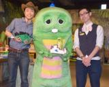 東京・お台場のレゴランド・ディスカバリー・センター東京の新アトラクション『ダイノ・エクスプローラー』のPRイベントに参加した(左から)恐竜くん 、ガチャピン 、大澤よしひろ (C)ORICON NewS inc.