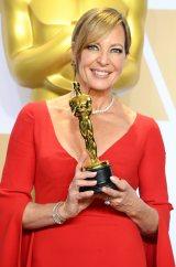 助演女優賞を受賞したアリソン ジャネイはフォーエバーマークのダイヤモンドを着用(Photo by Getty Images)