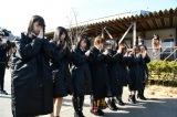 宮城県牡鹿郡女川町で献花と黙祷を捧げるAKB48グループ(C)AKS