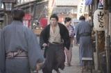 大河ドラマ『西郷どん』第10回より。篤姫(北川景子)を探す吉之助(鈴木亮平)(C)NHK
