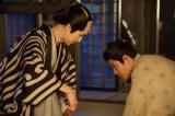 大河ドラマ『西郷どん』第10回より。 ヒー様(松田翔太)の正体を探る吉之助(鈴木亮平)(C)NHK