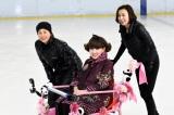 『徹子の部屋』オープニングテーマに乗せ華麗な氷上の舞を披露する浅田舞(右)・浅田真央(左)と黒柳徹子(C)テレビ朝日