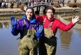 3月11日放送、『緊急SOS!池の水ぜんぶ抜く大作戦7』俳優の池松壮亮(左)が初参戦(C)テレビ東京