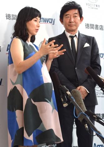サムネイル ふっくらお腹を披露した東尾理子(左) (C)ORICON NewS inc.