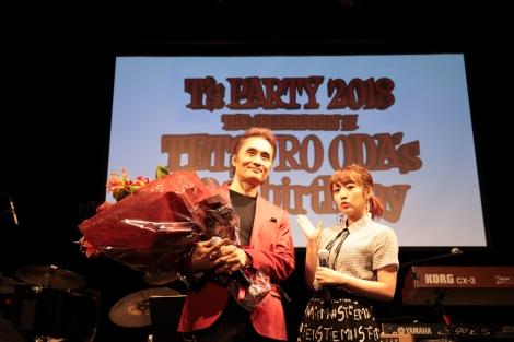 """『織田哲郎 BIRTHDAY Live""""T's PARTY""""(ティーズ・パーティー)』での織田哲郎(左)、高橋みなみ"""