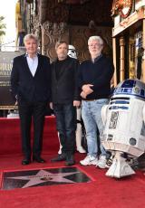 ハリウッド殿堂入りを果たしたマーク・ハミル(中央)。ジョージ・ルーカス(右)、ハリソン・フォード(左)が祝福。R2-D2も