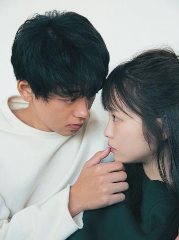 サムネイル 『anan』でキス寸前を披露した(左から)竹内涼真、川栄李奈 (C)マガジンハウス