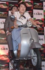 回転寿司チェーン『くら寿司』の新商品発表会でバイクに乗る(手前から)横澤夏子、吉村崇 (C)ORICON NewS inc.