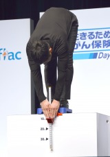 立位体前屈に挑戦した西島秀俊=アフラック『生きるためのがん保険Days1』新商品発表会 (C)ORICON NewS inc.