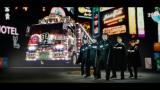 WEB動画『男前音頭』に出演したパパイヤ鈴木とおやじダンサーズ、デコトラをバックに学ラン姿を披露