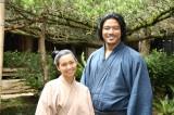 『西郷どん』の奄美ロケを行っている(左から)二階堂ふみ、鈴木亮平 (C)NHK