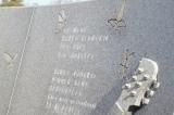 墓石に刻まれた「HURRY GO ROUND」の歌詞