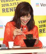 『まぐろ丼』の食リポに挑戦した安田美沙子=『ヴィーナスフォートリニューアルオープン記念イベント』 (C)ORICON NewS inc.