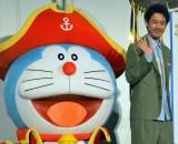 『映画ドラえもん のび太の宝島』舞台あいさつに登場した大泉洋とドラえもん (C)ORICON NewS inc.