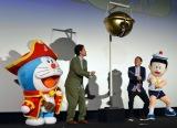 『映画ドラえもん のび太の宝島』舞台あいさつに登場した(左から)ドラえもん、大泉洋、高橋茂、のび太 (C)ORICON NewS inc.