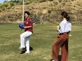 キャンプ中の楽天・則本投手からピッチングを習う稲村