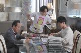 フジテレビ系連続ドラマ『コンフィデンスマンJP』(毎週月曜 後9:00)より(左から)小日向文世、長澤まさみ、東出昌大 (C)フジテレビ