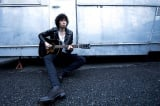 19枚目のオリジナルアルバム『Toys Blood Music』でキャリア初の首位を獲得した斉藤和義