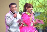 ミニアルバム『BONダンス』のリリース記念イベントを行ったはるな愛(右)とサプライズ登場した実父の大西和夫さん (C)ORICON NewS inc.