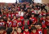 ドラマ『闘牛戦士ワイドー』の記者会見に駆けつけたうるま市の保育園児(中央左から)山川未菜と小橋川建
