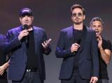 映画『アベンジャーズ/インフィニティ・ウォー』(2018年4月27日公開)(左から)ケヴィン・ファイギ氏、ロバート・ダウニー.Jr=『D23 Expo 2017』(C)2017 Getty Images
