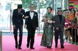 フジテレビ系連続ドラマ『コンフィデンスマンJP』に出演する(左から)東出昌大、佐野史郎、長澤まさみ、小日向文世 (C)フジテレビ