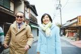 参道を歩くタモリと林田理沙アナウンサー(C)NHK