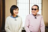 「日本初の四畳半」を満喫するタモリと林田理沙アナウンサー(C)NHK