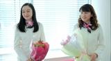 dTV・FOD共同製作オリジナルドラマ『彼氏をローンで買いました』(配信中)クランクアップ時の小野ゆり子(左)、久松郁実(右)(C)エイベックス通信放送/フジテレビジョン