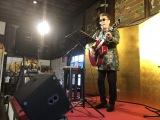 横浜・常照寺本堂でライブを開催した嘉門タツオ