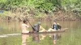 ワニの潜む川を渡る=3月29日放送、NHK総合『超体感!エクストリーム・ミッション』野生動物のフンを命がけで採取する腸内細菌学者・牛田一成教授の壮絶な研究現場(C)NHK