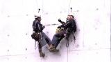 目もくらむ高所に宙吊りでランチタイム!ぶっ飛んだ特殊点検作業の驚きの現場とは=3月29日放送、NHK総合『超体感!エクストリーム・ミッション』(C)NHK