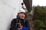 橋の点検作業に潜入した、レポーターの浅沼カズト(にほんばれ)=3月29日放送、NHK総合『超体感!エクストリーム・ミッション』(C)NHK