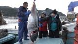 100キロを越える巨大マグロを1本釣り。潜入したのは、ふぢわら・口笛なるお(わらふぢなるお)=3月29日放送、NHK総合『超体感!エクストリーム・ミッション』(C)NHK