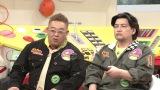 360度カメラを手にするサンドウィッチマン=3月29日放送、NHK総合『超体感!エクストリーム・ミッション』(C)NHK