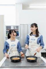 パンケーキを焼く(左から)榊美優、瀧野由美子=中国電力「ぐっとずっと。地域応援プロジェクト」発表会より