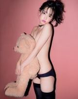 熊のぬいぐるみで隠した超セクシーカット(宝島社/撮影:中村和孝)