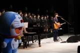 『復興支援音楽祭 歌の絆プロジェクト2018』で、県内の高校生94人と共に合唱する秦基博