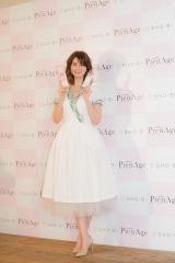 白のドレス姿で登場したマギー